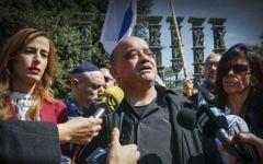La députée Nava Boker (à gauche) aux côtés d'Oshra et Charlie Azaria, des parents du soldat israélien Elor Azaria, un soldat israélien condamné à 18 mois de prison pour avoir tué un Palestinien blessé, lors d'une conférence de presse à l'extérieur de la Knesset, le 15 mars 2017 (Crédit : Yonatan Sindel / Flash90)