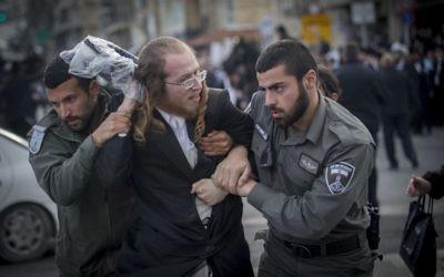Manifestation de Juifs ultra-orthodoxes protestant contre l'arrestation d'un étudiant de yeshiva qui a refusé de se présenter au bureau de recrutement de l'armée, à Jérusalem, le 15 mars 2017. (Crédit : Yonatan Sindel/Flash90)