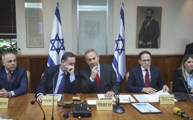 Le Premier ministre Benjamin Netanyahu lors de la réunion ministérielle hebdomadaire à son bureau à Jérusalem, le 16 mars 2017 (Crédit : Marc Israël Sellem / POOL)