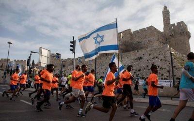 Des milliers de coureurs participant au Marathon international de Jérusalem 2017 le 17 mars 2017 (Crédit : Yonatan Sindel / Flash90)