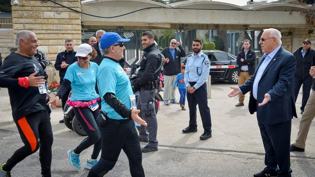 Le président Reuven Rivlin encourage les marathoniens devant la résidence présidentielle, à Jérusalem, le 17 mars 2017. (Crédit : Yossi Zeliger/Flash90)