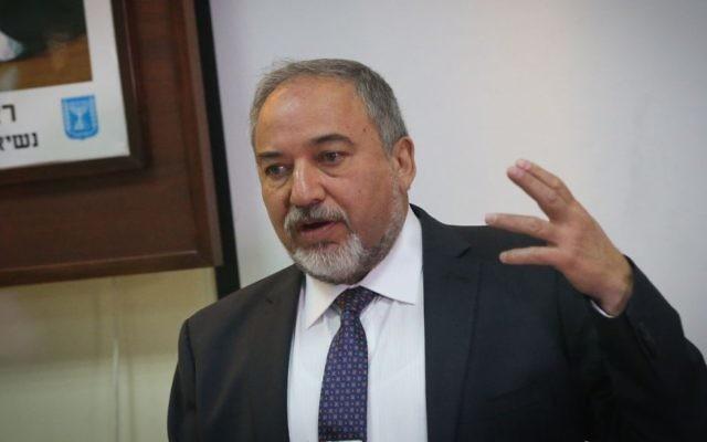 Le ministre de la Défense Avigdor Liberman s'adresse aux nouvelles recrues sur la base militaire de Tel Hashomer, le 19 mars 2017. (Crédit : Flash90)