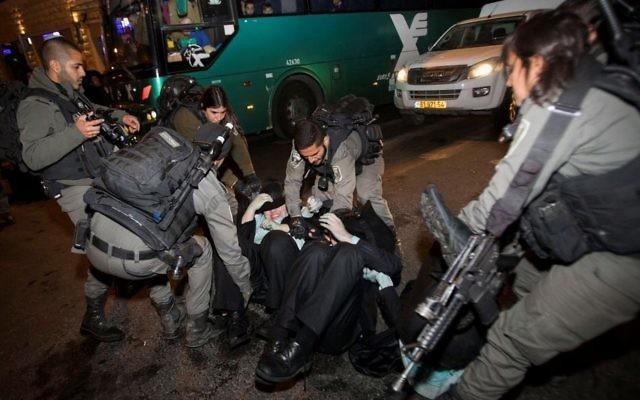 Les policiers et des hommes juifs ultra-orthodoxes lors d'une manifestation anti-enrôlement à l'armée à Jérusalem le 23 mars 2017 (Crédit : Yonatan Sindel / Flash90)