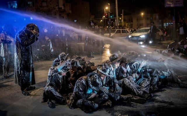 La police utilise un canon à eau pour disperser les manifestants ultra-orthodoxes à Jérusalem, le 23 mars 2017. (Crédit : Yonatan Sindel/Flash90)