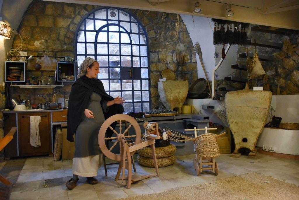 Découvrir le tourisme créatif dans l'atelier BeHefetz Kapéa à Ein Karem. (Crédit : Yaël Ancri/Times of Israël)