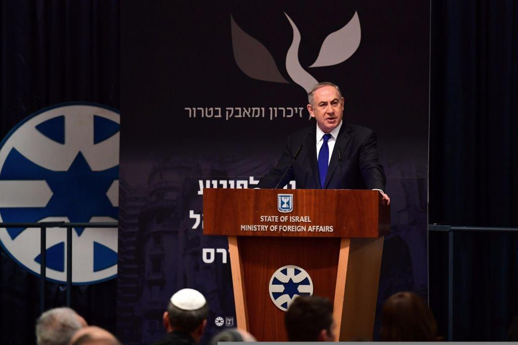 Le Premier ministre Benjamin Netanyahu pendant la cérémonie de commémoration du 25e anniversaire de l'attentat contre l'ambassade d'Israël à Buenos Aires, au ministère des Affaires étrangères, à Jérusalem, le 6 mars 2017. (Crédit : Koby Gideon/GPO)