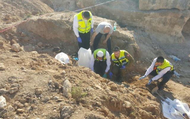 Les équipes de secours de ZAKA découvrent les restes de soldats dans le village de Jérusalem-Est de Sur Baher le 9 mars 2017 (Crédit: Nati Shapiro, équipes de secours de ZAKA)