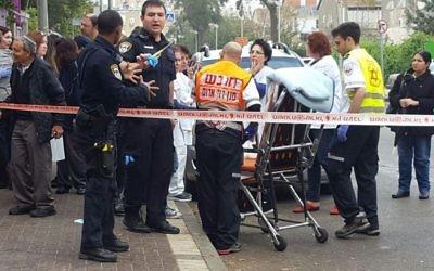 Scène d'une attaque contre une infirmière à Holon, le 14 mars 2017. (Crédit : Magen David Adom)
