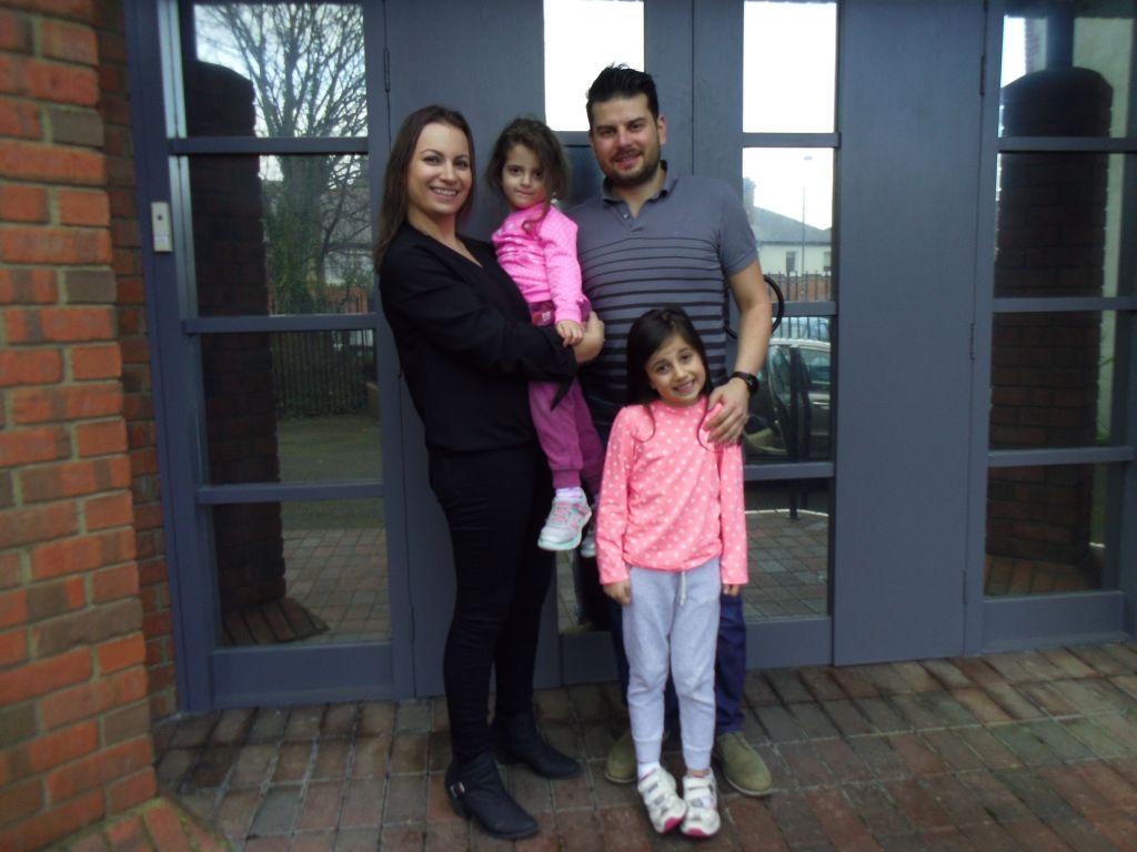 Jenni Harrison, née à Dublin, aux côtés de son époux Simon, avec des filles Katie et Amy. (Crédit : Michael Riordan/Times of Israel)