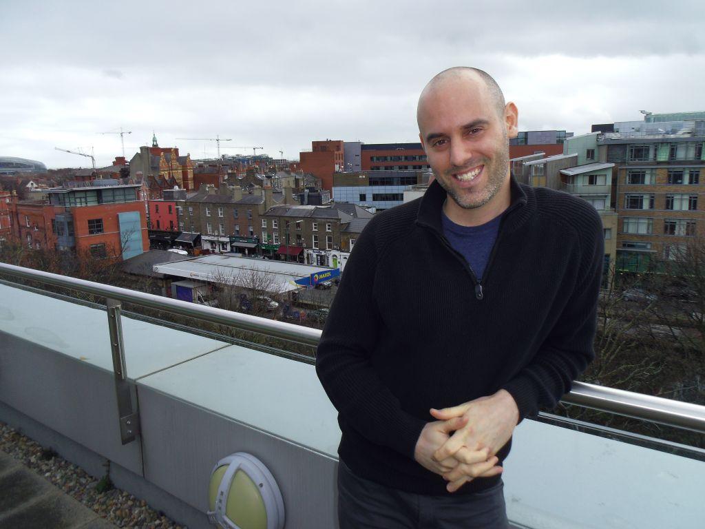 Mattan Lass, avocat à Dublin, a suivi sa partenaire en Irlande pour raison professionnelle, et a maintenant un bureau hébreu dans son cabinet d'avocat pour suivre la communauté expatriée israélienne de plus en plus nombreuse (Crédit : Michael Riordan/Times of Israel)