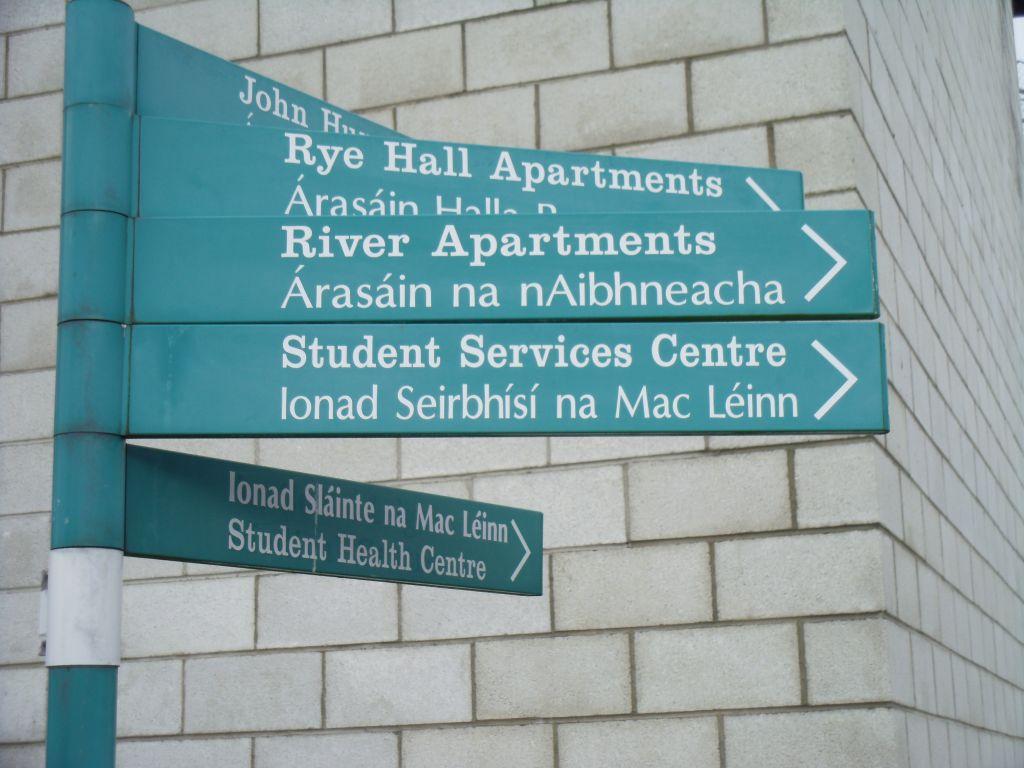 Des panneaux en irlandais et en anglais dirigent les étudiants vers les différentes structures de l'université (Crédit : Michael Riordan/Times of Israel)