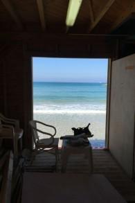 L'intérieur habituel du poste de sauvetage de Frishman Beach, dorénavant en cours de relooking pour son ouverture du 15 mars (Crédit : Jessica Steinberg/Times of Israel)