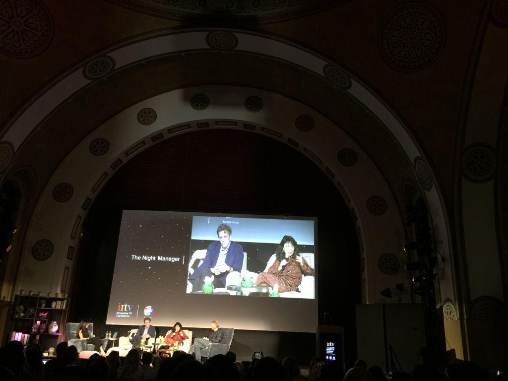 Hugh Laurie et la réalisatrice Susanne Bier sur la scène de l'INTV Conference de Keshet, à Jérusalem, le 7 mars 2017. (Crédit : Jessica Steinberg/Times of Israël)
