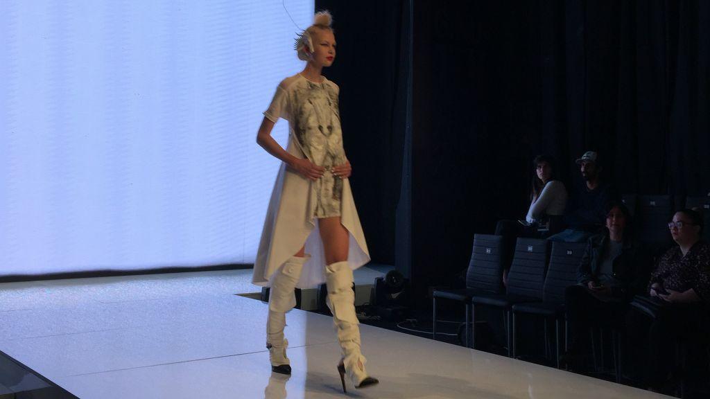 L'une des créations du styliste Yosef Peretz pour la Fashon Week 2017 de Tel Aviv, une tunique en lin blanche portant son emblématique silhouette de cheval. (Crédit : Jessica Steinberg/Times of Israël)