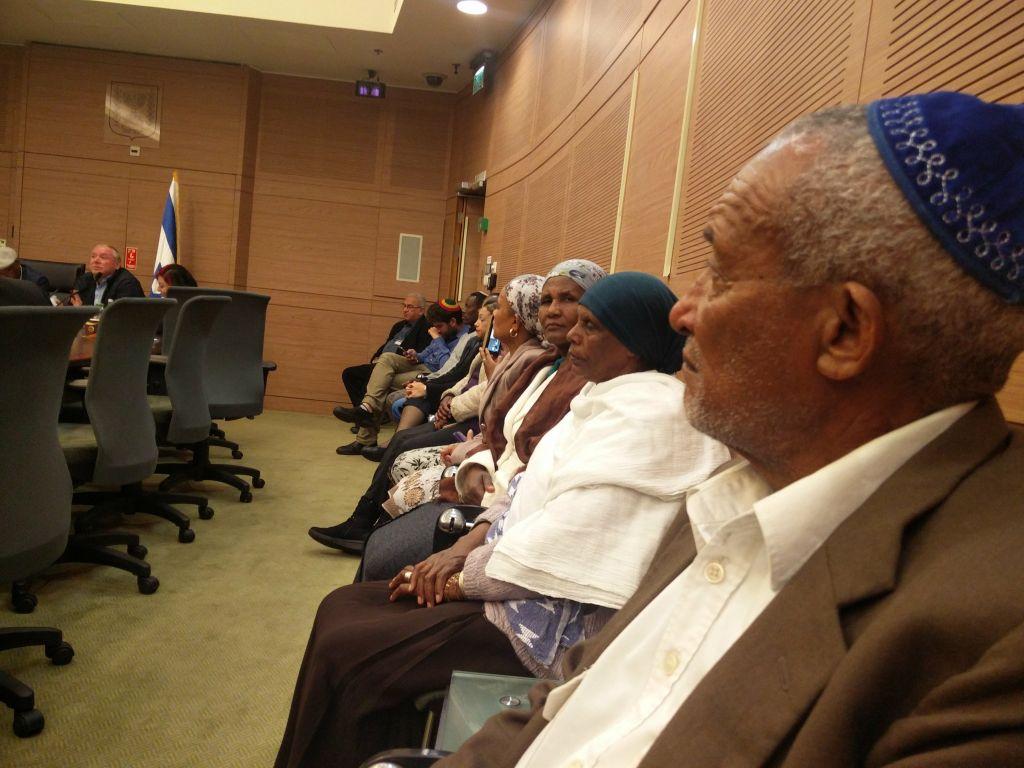 Des Ethiopiens israéliens assistent à une réunion de la commission de la Knesset consacrée à l'échec de la mise en oeuvre d'une décision de laisser venir en Israël 1300 membres de la communauté juive éthiopienne, le 20 février 2017 (Crédit : Raoul Wootliff/Times of Israel)