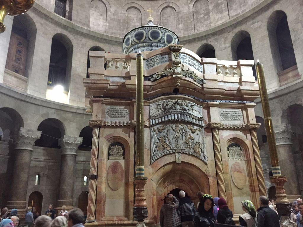 L'Edicule du Tombeau de Jésus après sa restauration, dans l'église du Saint-Sépulcre de la Vieille Ville de Jérusalem, le 21 mars 2017. (Crédit : Amanda Borschel-Dan/Times of Israël)
