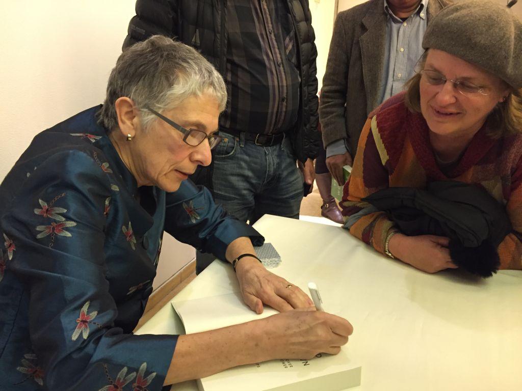 Melanie Phillips signant des livres lors d'un événement organisé par le Times of Israel à Jérusalem, le 26 mars 2017 (Crédit : Amanda Borschel-Dan / Times of Israel)