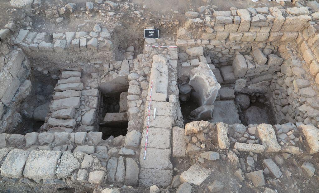 Une vue des fouilles entreprises sur le site d'Omrit. Cette construction qui date de l'ère romaine a été trouvée en juin 2016 une fontaine arborant une fresque sur la droite (Autorisation : Daniel Schowalter)
