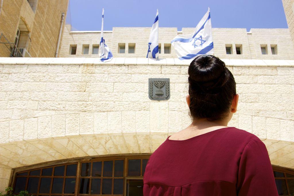 Baraa Abed, 20 ans, originaire de Jérusalem-Est. Elle fait partie d'un nombre croissant d'Arabes qui rejoignent le service national israélien (Crédit : Dov Lieber / Times of Israel)