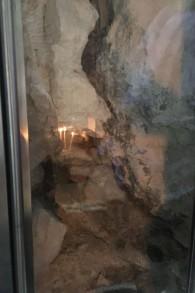 Vue dans le tombeau du Christ par une fenêtre récemment créée, dans l'église du Saint-Sépulcre de la Vieille Ville de Jérusalem, le 30 octobre 2016. (Crédit : Sarah Tuttle-Singer/Times of Israël)