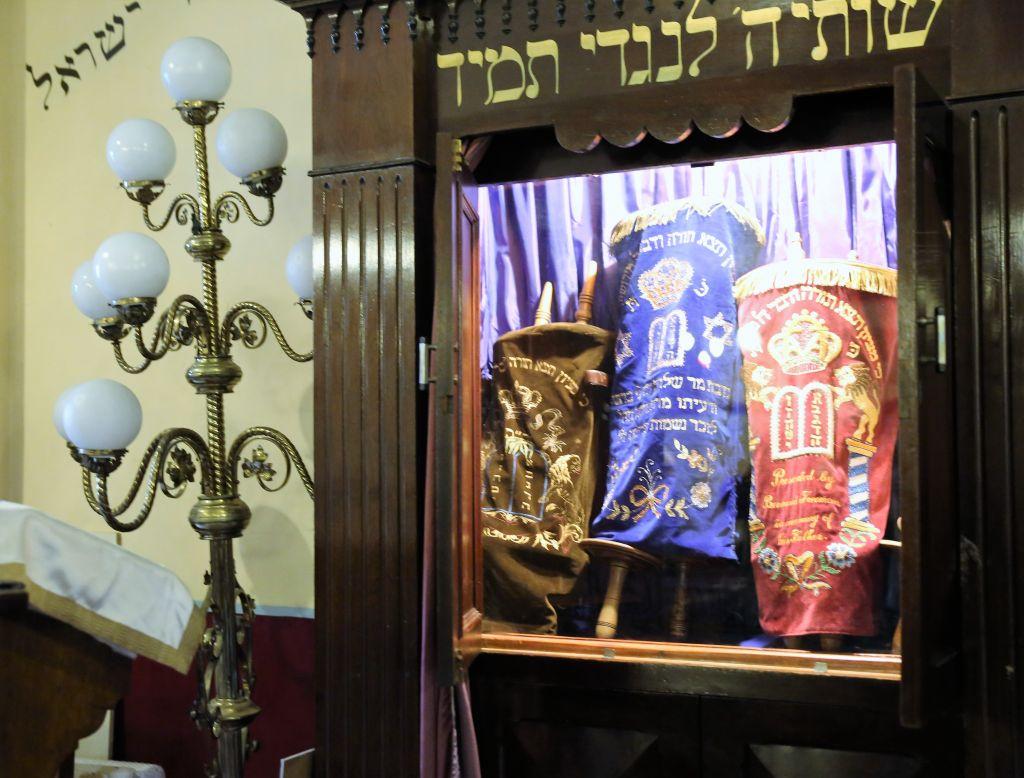 Des rouleaux de Torah dans l'arche de la synagogue orthodoxe de Dublin. (Crédit : Michael Riordan/Times of Israel)