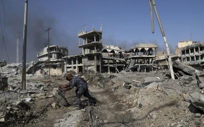 Offensive des forces irakiennes contre l'Etat islamique à Mossoul, le 7 mars 2017. (Crédit : Khalid Mohammed/AFP)