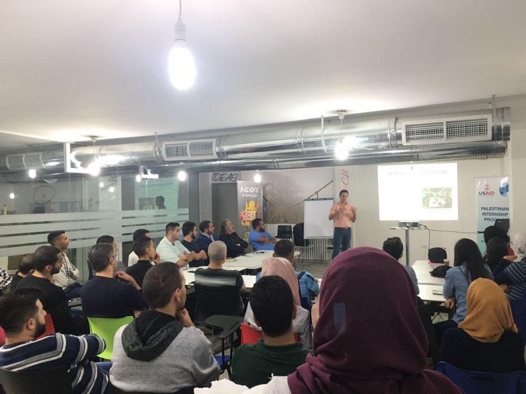 Le coordonnateur des programmes du PIP, Jesse Divon, s'adressant aux candidats éventuels à Jérusalem le 14 novembre 2016 (Crédit : Autorisation)
