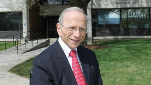 Jonathan Sarna à la Brandeis University, qu'il a fréquenté pour ses études et où il enseigne depuis plus de 25 ans, le 10 mai 2016 (Crédit : Uriel Heilman/via JTA)
