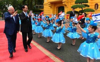 Le président Reuven Rivlin, à gauche, avec son homologue vietnamien Tran Dai Quang, au palais présidentiel de Hanoi, le 20 mars 2017. (Crédit : Mark Neiman/GPO)