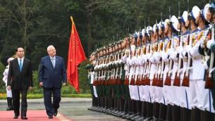 Le président Reuven Rivlin, à droite, avec son homologue vietnamien Tran Dai Quang, au palais présidentiel de Hanoi, le 20 mars 2017. (Crédit : Mark Neiman/GPO)