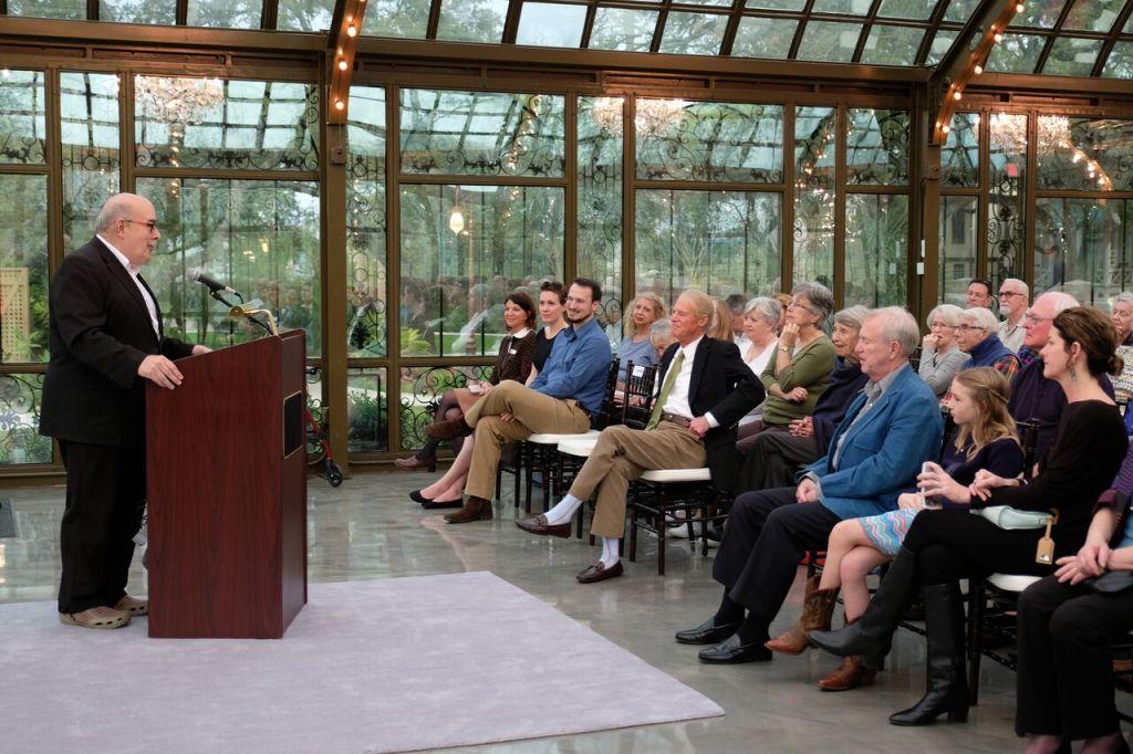 Le Rabbin Jimmy Kessler s'adressde au public à l'exposition 'Forgotten Gateway' au Bryan Museum de Galveston, au Texas. (Autorisation : Bryan Museum)