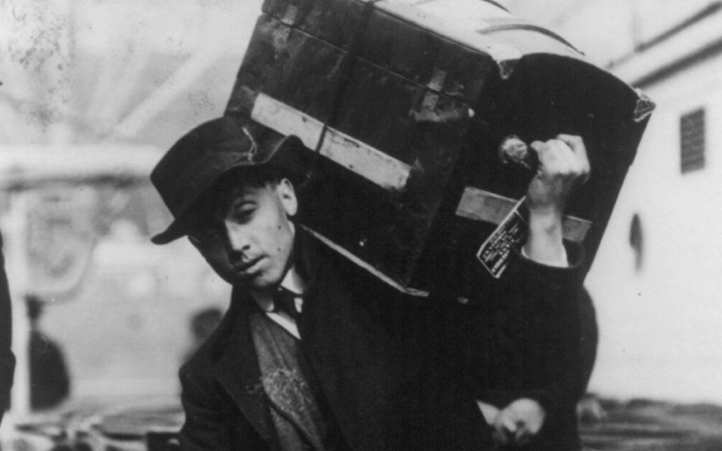 Un immigrant polonais avec sa malle (Crédit : Galveston Historical Foundation)