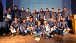 Les 15 participants du tout premier programme de l'armée israélienne destiné aux Israéliens bédouins après la cérémonie de remise des diplômes le 28 février 2017 (Autorisation)