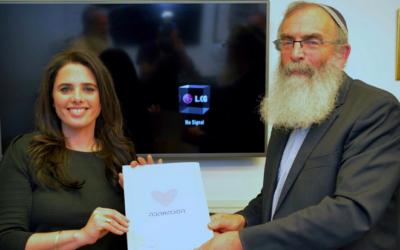 La ministre de la Justice Ayelet Shaked avec le fondateur de Tzohar, le rabbin David Stav, qui présentent le nouveau contrat prénuptial mis au point par l'organisation pour les coupes juifs israéliens ayant l'intention de se marier. (Crédit : autorisation)