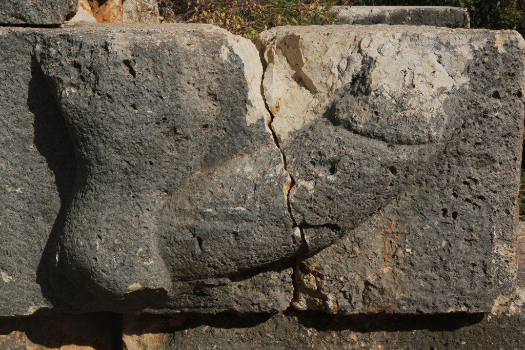 Une gravure phallique sur un site datant de l'ère romaine dans le sud de la Turquie (Crédit : Klaus-Peter Simon, CC BY-SA Wikimedia Commons)