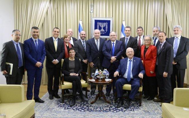 Le président Reuven Rivlin avec les diplomates israéliens déployés en Amérique du Nord, à Jérusalem, le 28 février 2017. (Crédit : Mark Neiman/GPO)