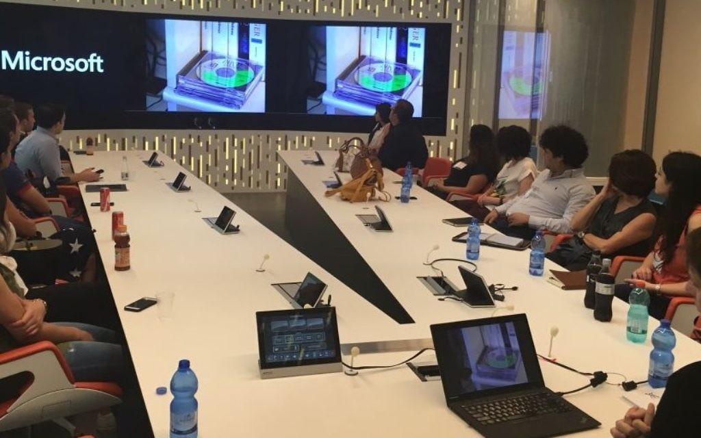 Des stagiaires du Programme de stages palestiniens (PIP) lors d'une visite au centre de recherche et développement de Microsoft à Herzliya le 20 juillet 2016 (Crédit : Autorisation)