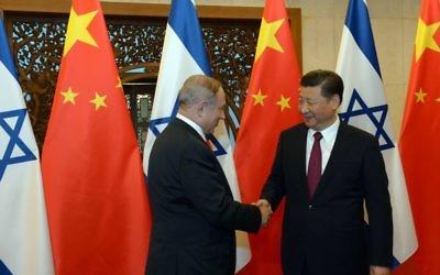Le Premier ministre Benjamin Netanyahu avec le président chinois Xi Jinping, à Pékin, le 21 mars 2017. (Crédit : Haim Zach/GPO)