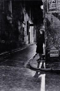 Une femme à Paris la nuit, une photo prise par Adolfo Kaminsky. (Autorisation)