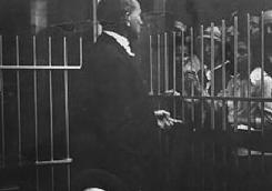 Le rabbin Henry Cohen de la congrégation Bnai Israel à Galveston, au Texas, saluant des immigrants juifs au port de Galveston. (Crédit : Bnai Israel)