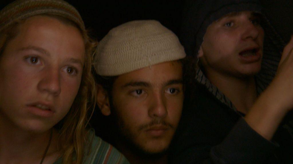 Un groupe de résidents des implantations dans une scène du documentaire 'The Settlers,' réalisé par Shimon Dotan. (Crédit : autorisation Philippe Bellaiche)