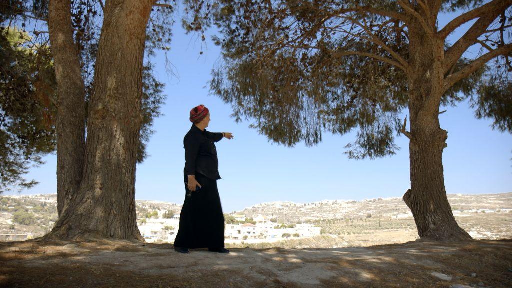 Daniella Weiss dans une scène du documentaire 'The Settlers,' réalisé par Shimon Dotan. (Crédit : autorisation Philippe Bellaiche)