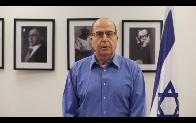 Moshe Yaalon dans son bureau de Tel Aviv, le 28 février 2017. (Crédit : capture d'écran YouTube)