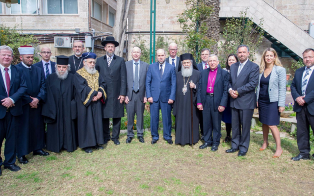 Jason Greenblatt (centre en gris), l'envoyé spécial de l'administration américaine pour les négociations internationales, avec les membres du Conseil des Institutions religieuses en Terre Sainte, lors d'une réunion au consulat-général de Jérusalem, le 16 mars 2017 (Autorisation ambassade américaine de Tel Aviv)