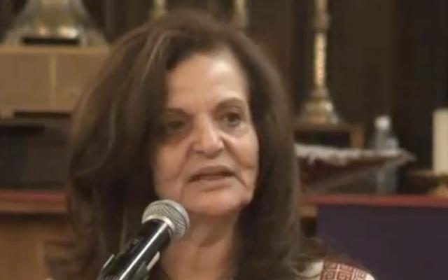 Rasmea Odeh lors d'un événement pour la Journée internationale de la femme en 2016 à Chicago (Crédit : YouTube via JTA)