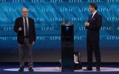 Alan Dershowitz et Elliot Brandt, le directeur exécutif national de l'AIPAC, présenent la technologie de l'entreprise israélienne Water Gen, une machine qui permet de tirer de l'eau de l'air et de la purifier, pendant la conférence politique de l'AIPAC, à Washington, D.C., le 26 mars 2017. (Crédit : capture d'écran)