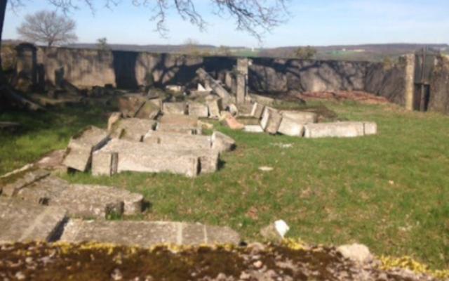 Les tombes vandalisées au cimetière juif de Waldwisse, le 30 mars 2017 (Crédit : Twitter via JTA)