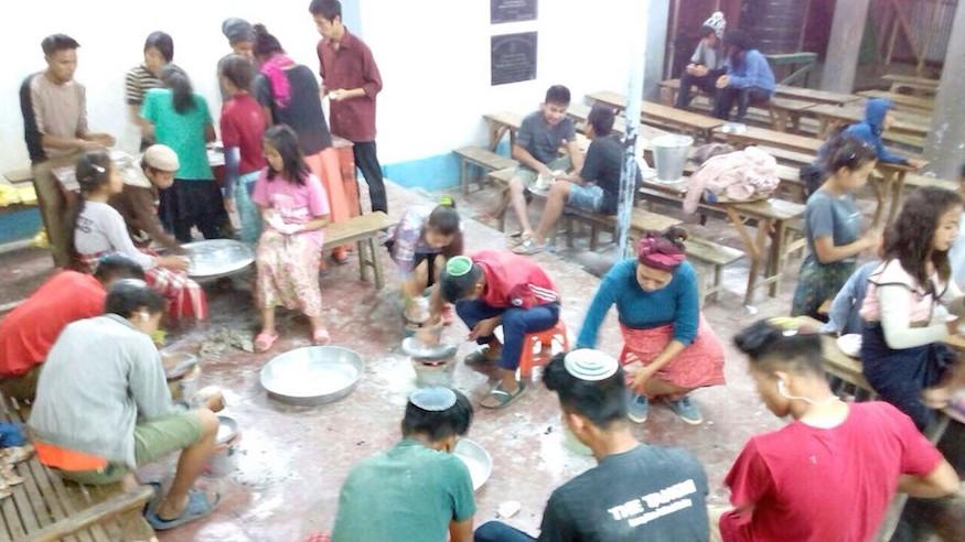 Les Juifs Indiens de la communauté Bnei Menashe à Churachandpur en train de préparer son matza pour Pessah, en Inde, le 30 mars 2017 (Crédit : Autorisation Shavei Israël)