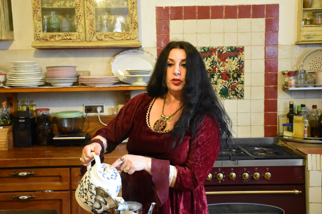 La poétesse Shoshana Kadashi préserve les traditions marocaines dans sa maison ancienne d'Ein Karem. (Crédit : Yaël Ancri/Times of Israël)