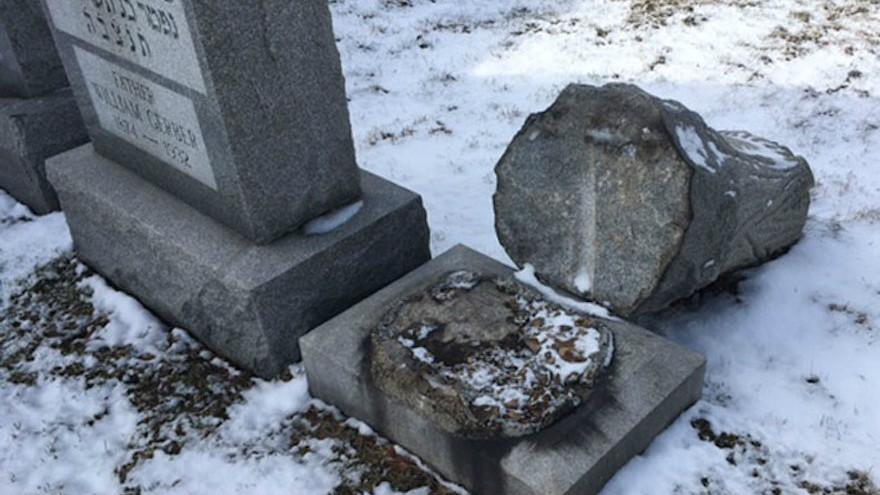 Des pierres tombales renversées cimetière Wad Kakolel, aussi appelé Stone Road, dans cette ville de l'ouest de l'État de New York. (Crédit : News 10 NBC WHEC/ via JTA)